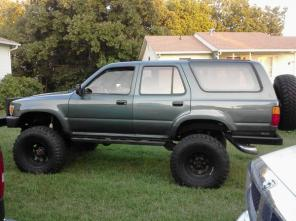 LIFTED TOYOTA 4RUNNER